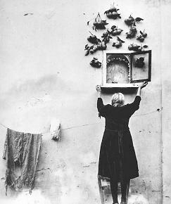 mujer abriendo puerta de capilla en pared